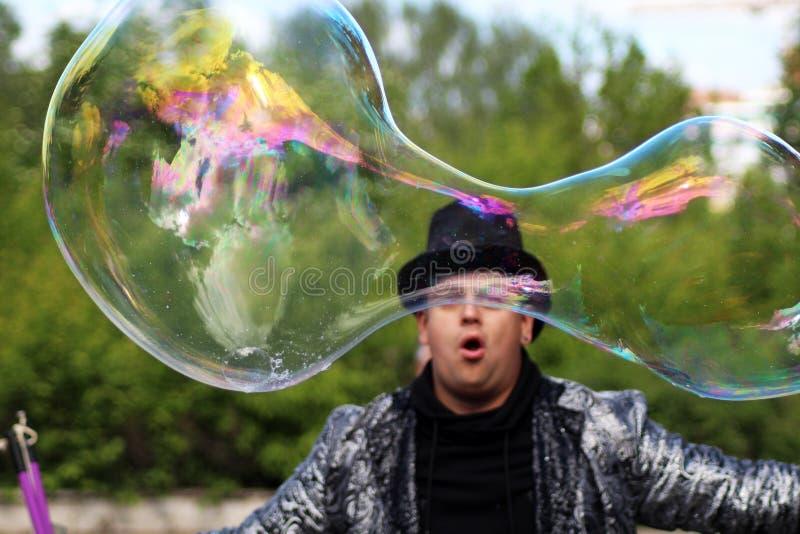 2 giugno 2018 Iževsk, Russia Un mago dell'uomo in un cappello lascia le grandi bolle fotografia stock