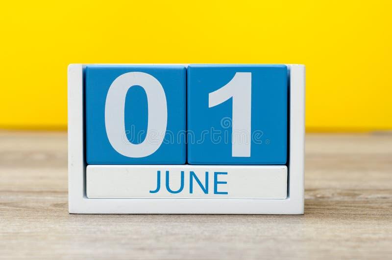 1° giugno immagine del calendario di legno di colore del 1° giugno su fondo giallo Primo giorno di estate Il giorno dei bambini f immagini stock