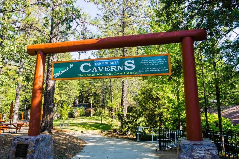 26 giugno 2018 Lakehead/CA/U.S.A. - entrata al punto di riferimento naturale nazionale di Shasta del lago nella contea di Shasta, fotografia stock