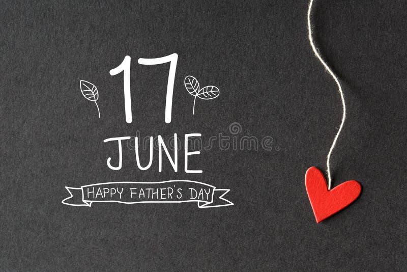 17 giugno messaggio felice di giorno di padri con i cuori di carta fotografia stock