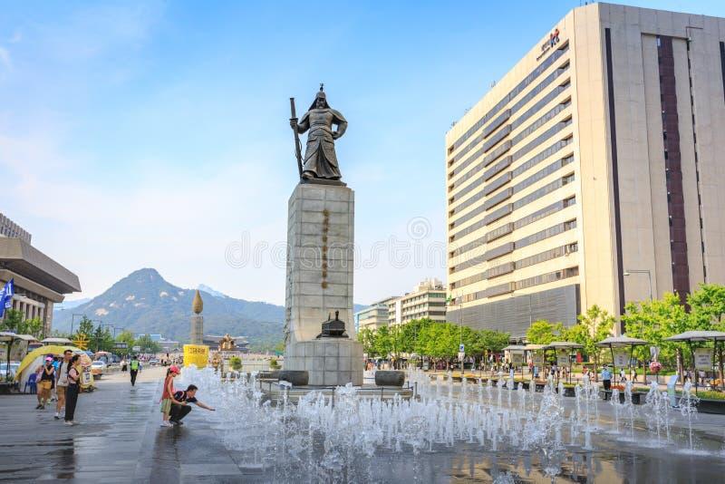 19 giugno 2017 plaza di Gwanghwamun con la statua dell'ammiraglio Yi fotografia stock libera da diritti