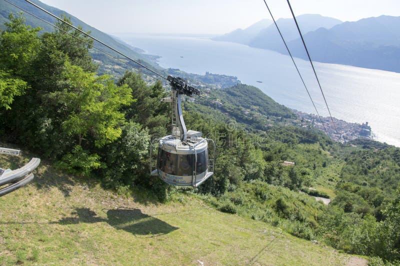 11 giugno 2017, teleferica moderna di capacità elevata da Malcesine per montare Monte Baldo, montagne di polizia, alpi, Italia, E immagini stock libere da diritti