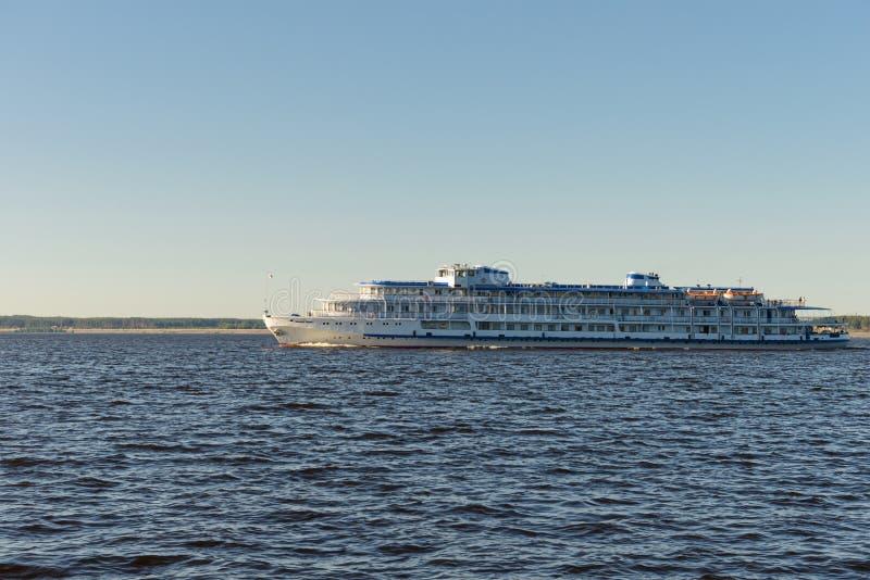 17 giugno 2018: Una nave da crociera naviga con i passeggeri alo fotografia stock libera da diritti