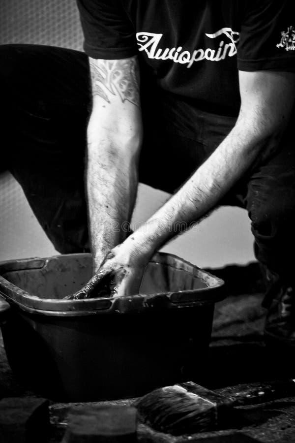 Giulio Masieri si lava le sue mani dopo la sua prestazione di Audiopaint fotografie stock