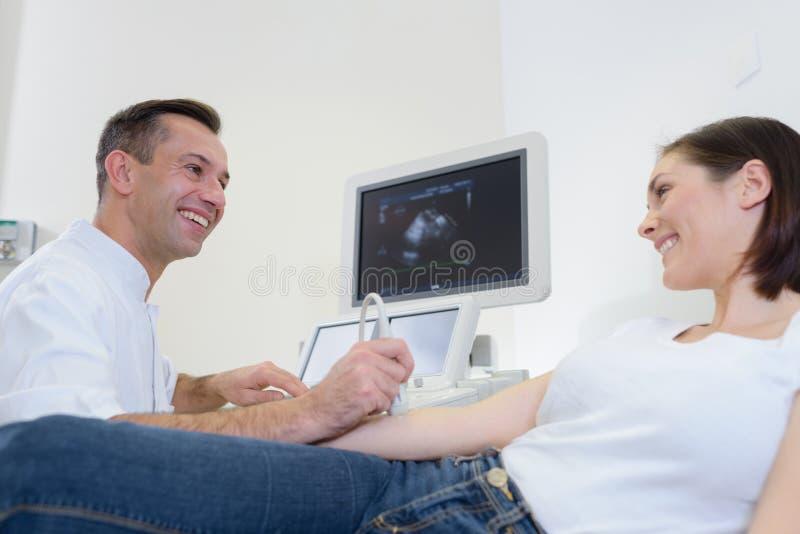Giunto d'esame facendo uso dell'ultrasuono immagine stock libera da diritti