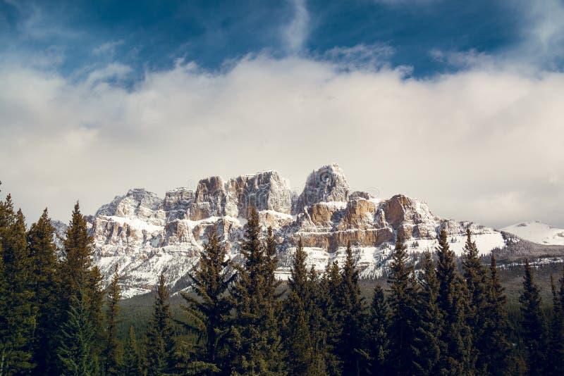 Giunzione della montagna del castello nel pieno inverno di Banff Alberta fotografia stock