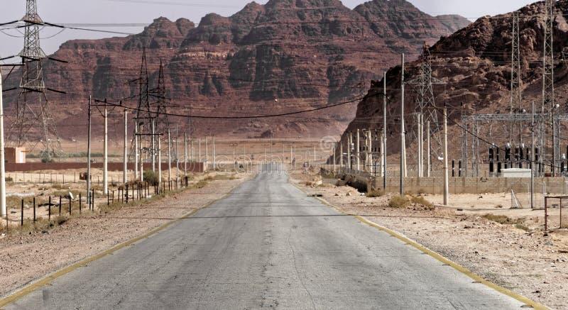 Giunzione della strada dalla strada principale del deserto a Wadi Rum nel deserto della Giordania immagini stock libere da diritti