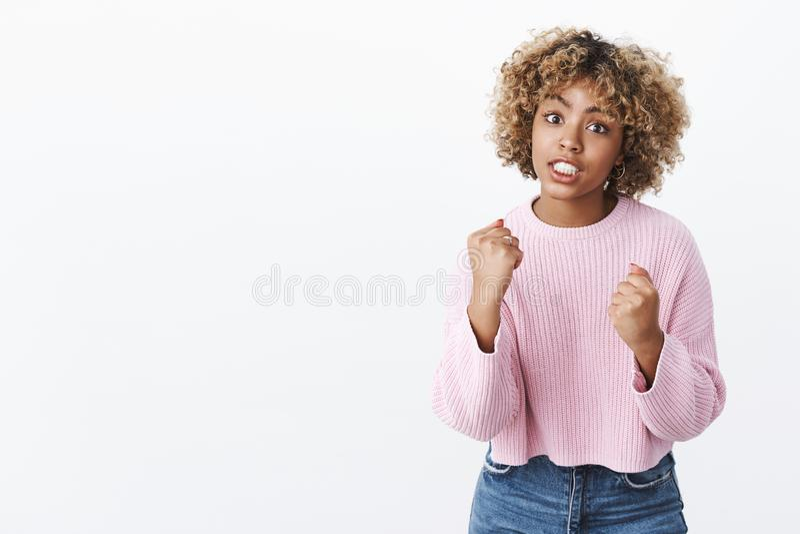 Giuro vi uccido Ritratto della donna afroamericana orinata arrabbiata ed irritata con l'innalzamento biondo di taglio di capelli  fotografie stock