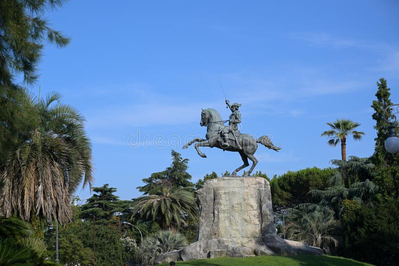 Giuseppe Garibaldi Equestrian Monument, bronsstandbeeld tussen palmen in het openbare park van hoofdstadla Spezia, Ligurië stock foto