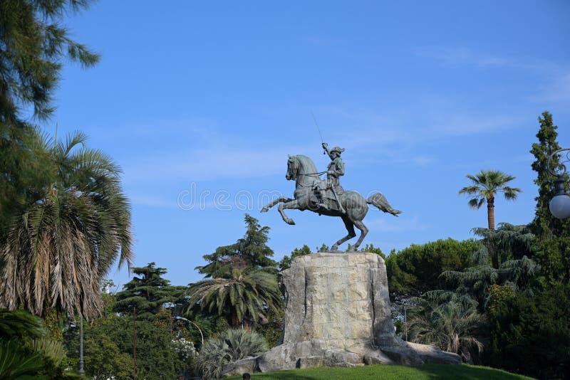 Giuseppe Garibaldi Equestrian Monument, estatua de bronce entre las palmeras en el parque público del La Spezia, Liguria del capi foto de archivo