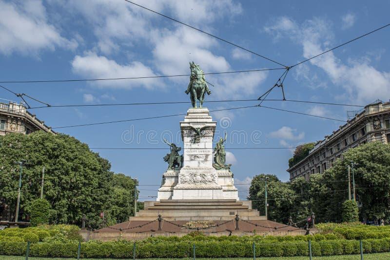 Giuseppe Garibaldi Monument en Mil?n, Italia fotografía de archivo