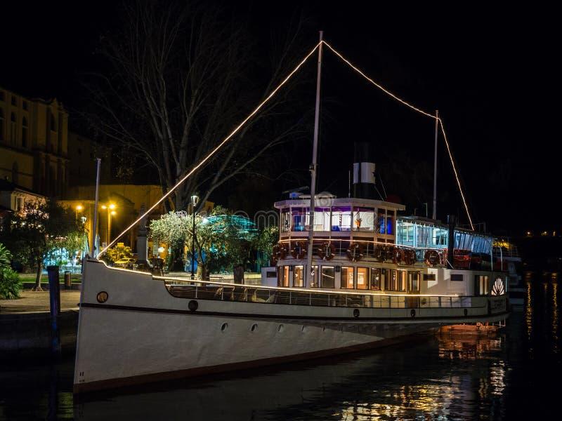 `-Giuseppe Zanardelli ` är en rullad motorisk segling för skyttelföre dettaångare på vattnet av sjön Garda som byggs i 1903 royaltyfria bilder