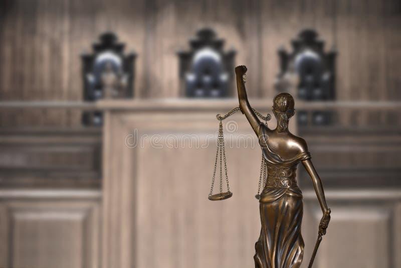 Giustizia di signora e banco vuoto con le sedie del giudice in aula di tribunale fotografia stock libera da diritti