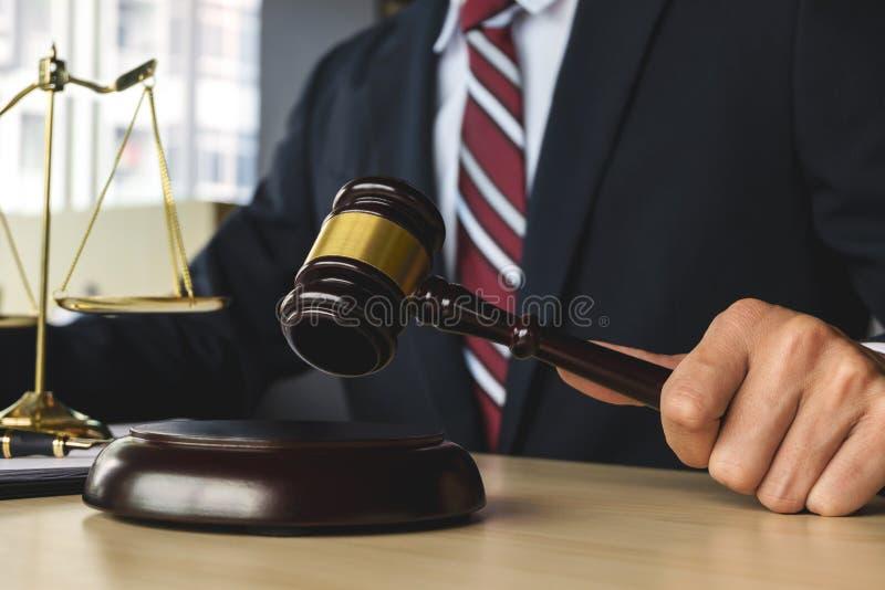 Giustizia e concetto di legge avvocato che lavora all'aula di tribunale immagini stock libere da diritti