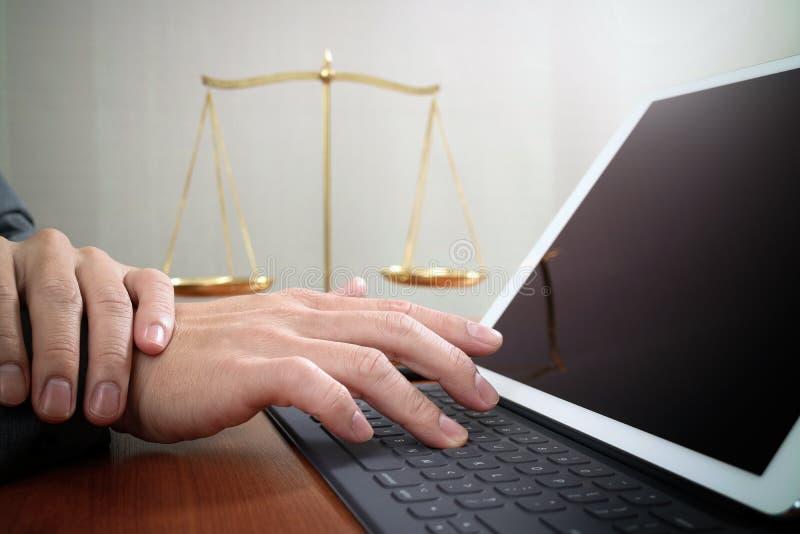 Giustizia e concetto di legge Avvocato maschio in ufficio con il martelletto, wor fotografia stock libera da diritti