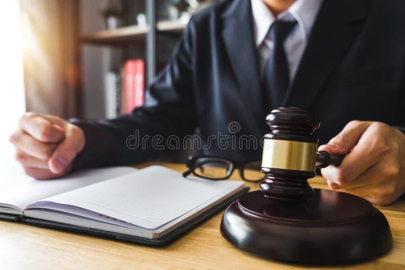 Giustizia e concetto di legge Giudice maschio in un'aula di tribunale con il martelletto, funzionante con, compressa digitale fotografia stock libera da diritti