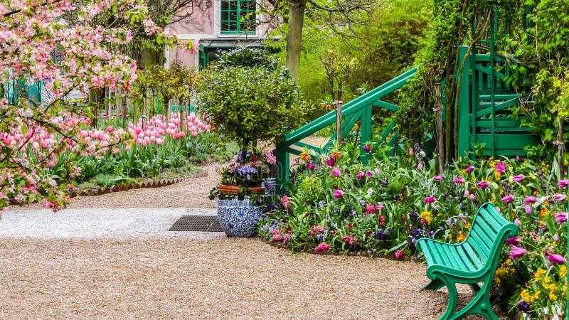 Giverny, Франция - апрель 2013: Сад на весенний день, Giverny ` s Monet, Франция стоковые фотографии rf