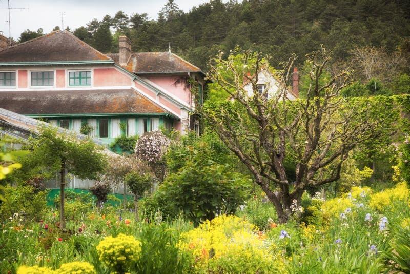 Giverny hus och gaden av Claude Monet arkivbild