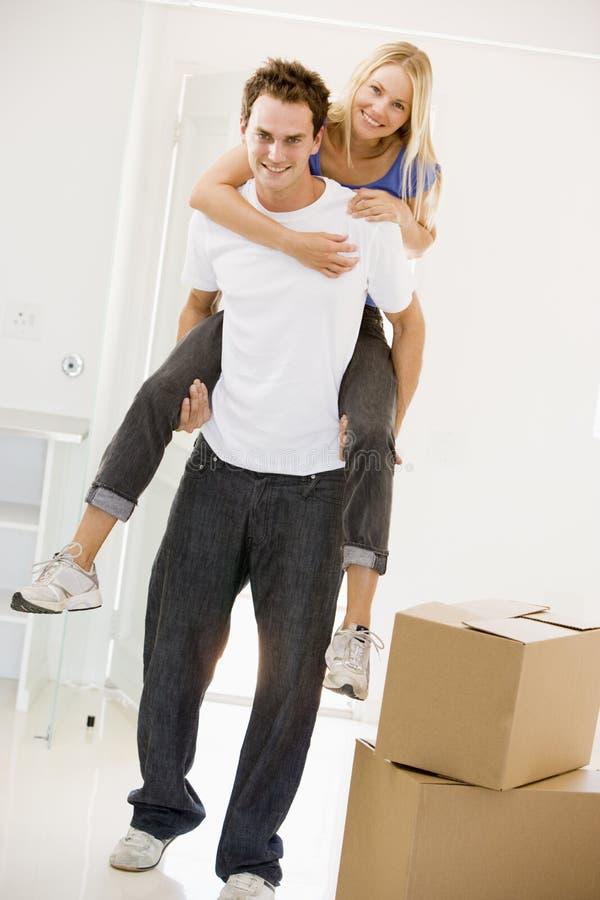 giving home husband new piggyback smiling wife στοκ φωτογραφία με δικαίωμα ελεύθερης χρήσης