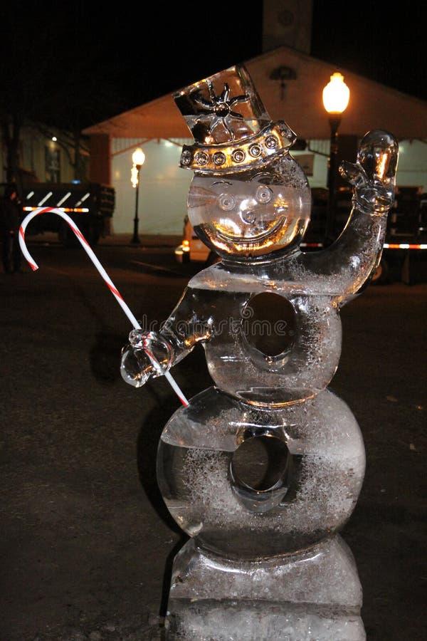 Givré la sculpture en glace de bonhomme de neige avec une canne de sucrerie photos stock