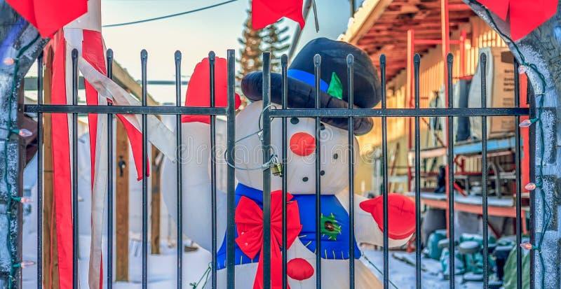 Givré le bonhomme de neige derrière des barres photo stock