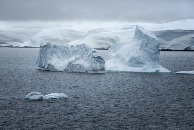 Givrages et paysage dans la Manche de Neumayer, Antarctique images libres de droits