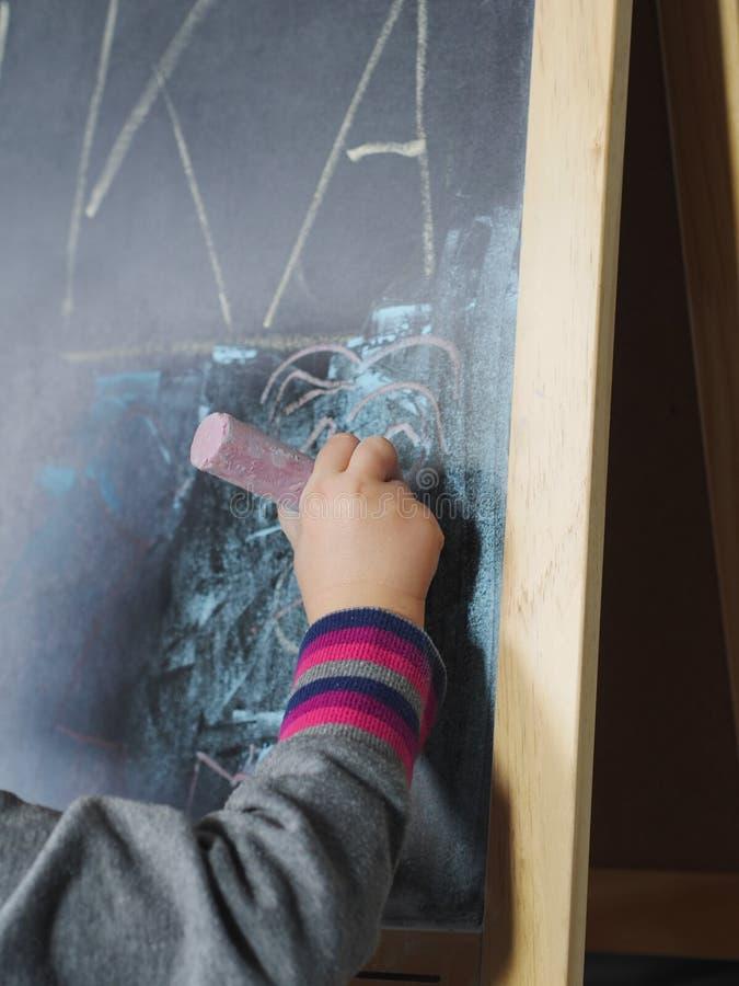 Giz da escrita da criança imagens de stock royalty free