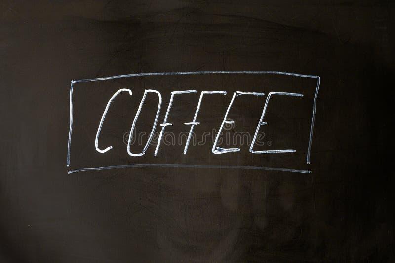 Giz da rotulação do café no fundo preto da administração da escola foto de stock royalty free