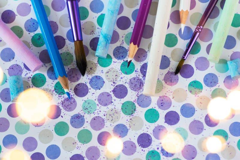 Giz e pancil coloridos no fundo pastel imagens de stock