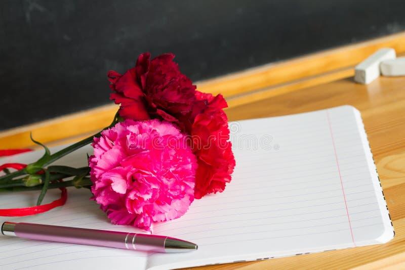 Giz feliz no quadro-negro com fundo do sumário do dia do professor das flores foto de stock royalty free