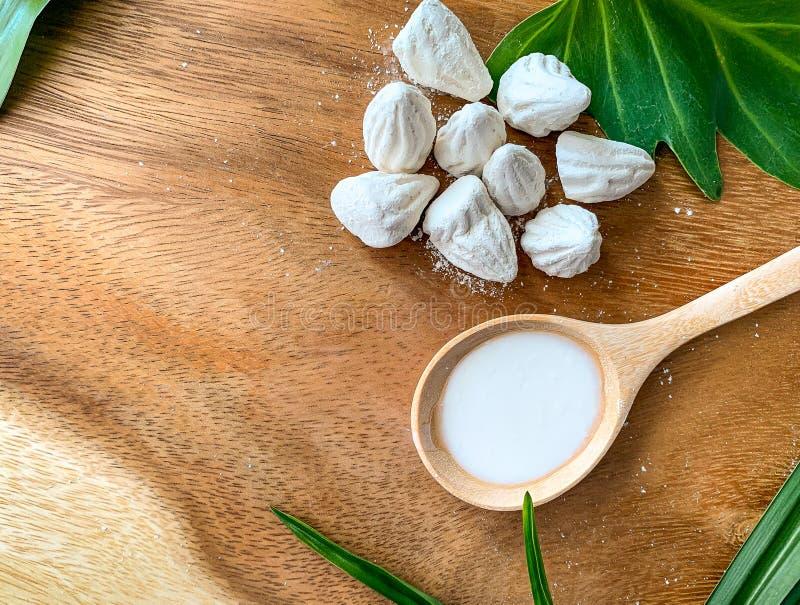 giz ou enchimento branco da argila no assoalho de madeira e solúvel em água Macio-preparados na colher de madeira imagem de stock