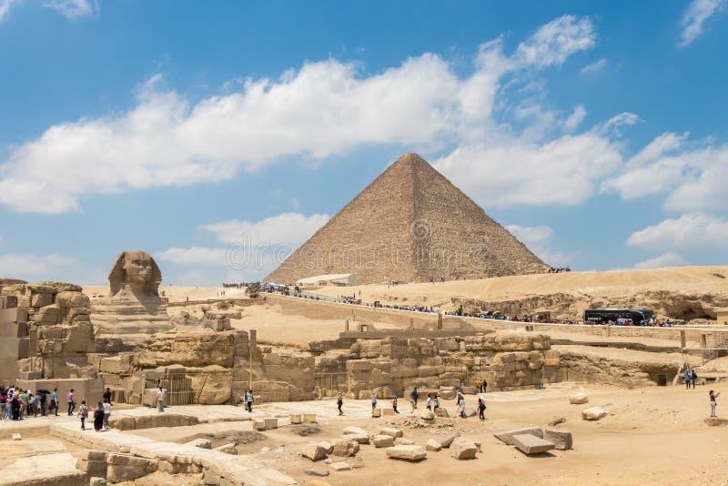 Giza, Egitto - 19 aprile 2019: La piramide di Medjedu e la grande Sfinge di Giza, Egitto fotografie stock