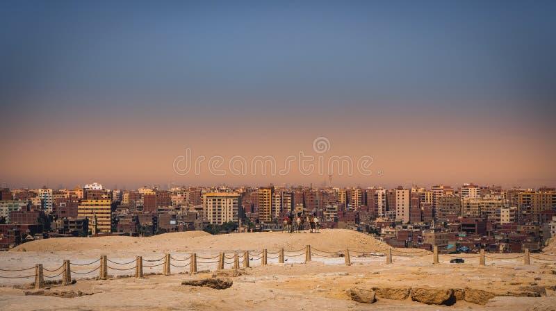 Giza för solnedgångstadslandskap Kairo med platåpyramider royaltyfri bild