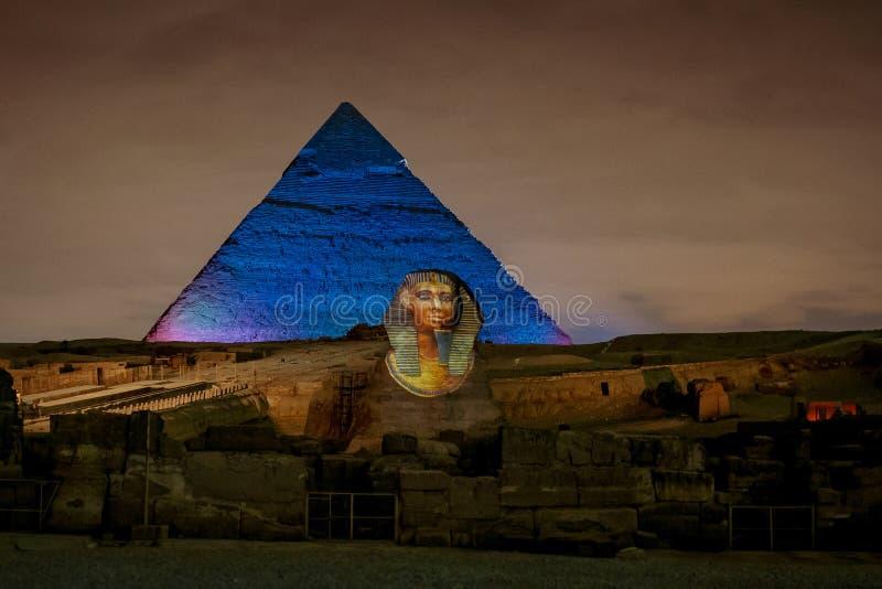 Giza pyramider och sfinx vid natt i Kairo Egypten royaltyfri fotografi