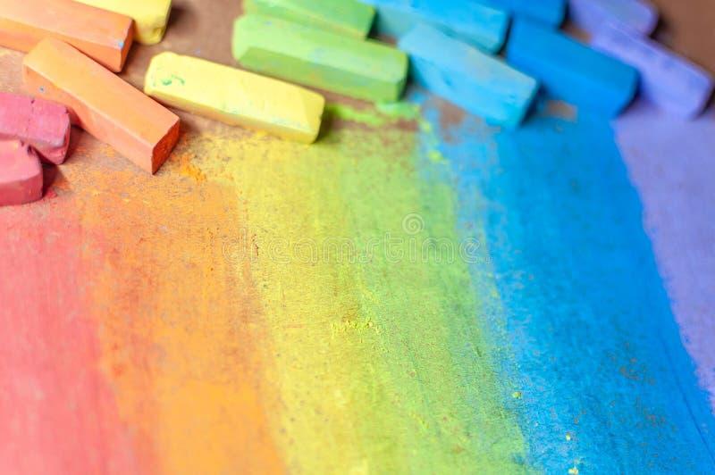 Gizes coloridos em cores do arco-íris gizes pasteis macios Inclinação Handdrawn do arco-íris, textura áspera S?mbolo da inf?ncia foto de stock