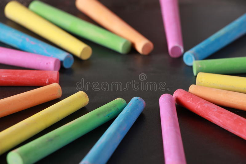 Gizes coloridos no quadro-negro vazio foto de stock royalty free