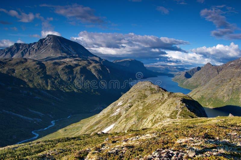 Gjende湖和挪威山夏令时 库存照片