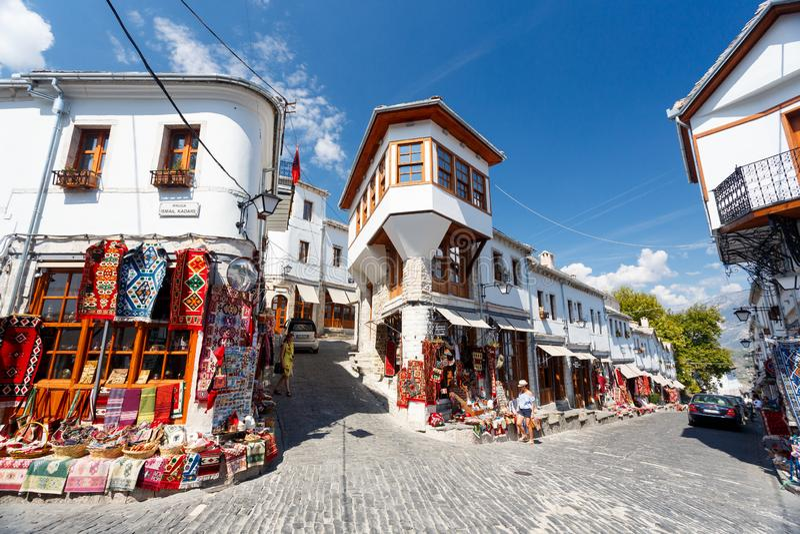 Gjirokaster,阿尔巴尼亚- 2018年9月14日:老市中心大厦和商店 库存图片