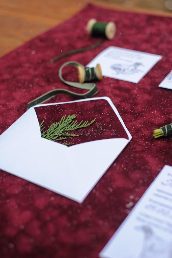 Gjord brölloputskrift i röda färger fotografering för bildbyråer