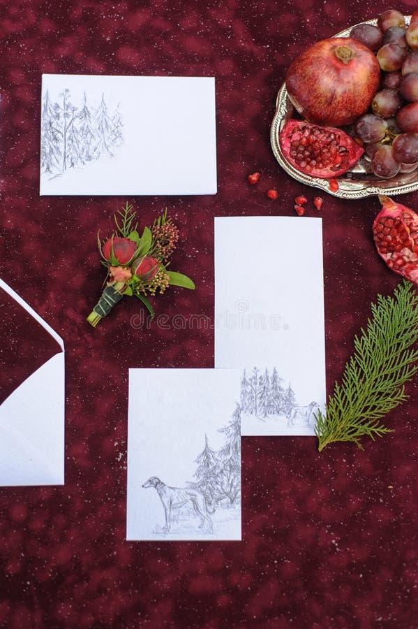 Gjord brölloputskrift i röda färger royaltyfria foton