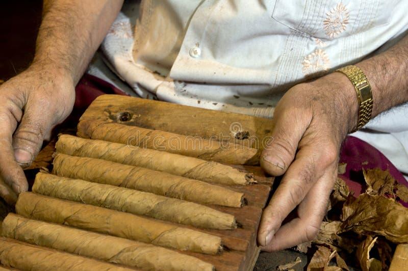 gjord cigarrhand - arkivfoto