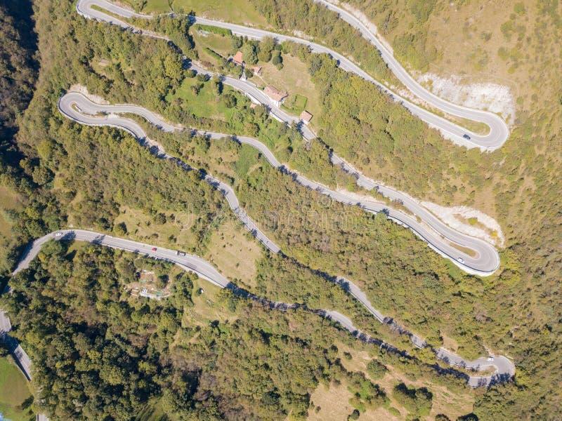 Gjord flyg- sikt av vägen i Italien från byn av Nembro till Selvino royaltyfri bild