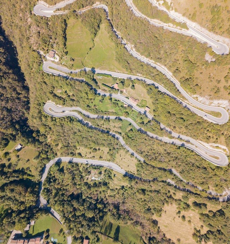 Gjord flyg- sikt av vägen i Italien från byn av Nembro till Selvino fotografering för bildbyråer