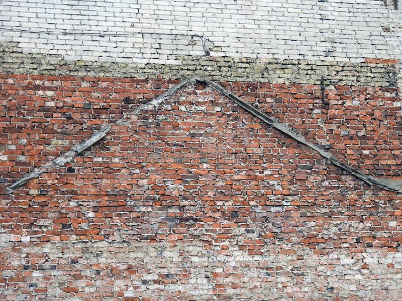 Gjord gammal hem- vägg genom att använda tegelstenar, Lettland royaltyfria bilder