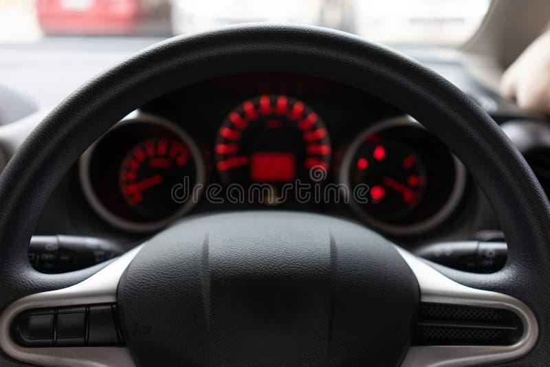 Gjord suddig bakgrund med kontroll för bil för modern bilinstrumentbräda modern exponerade panelen Bilk?rning Medelstyrninghjul arkivfoton