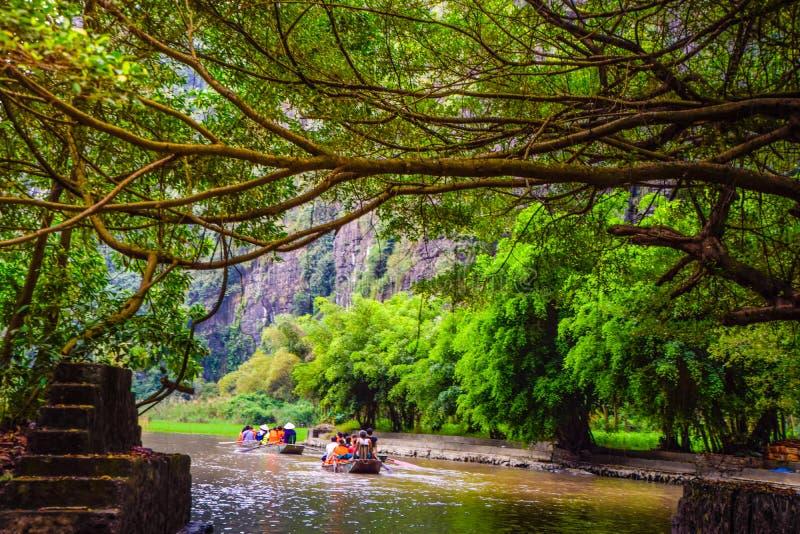 Gjord suddig bild - turister tar ett fartyg för att hålla ögonen på naturen på ' Halong fjärd på land' i Hanoi Vietnam, gränsmärk royaltyfria foton