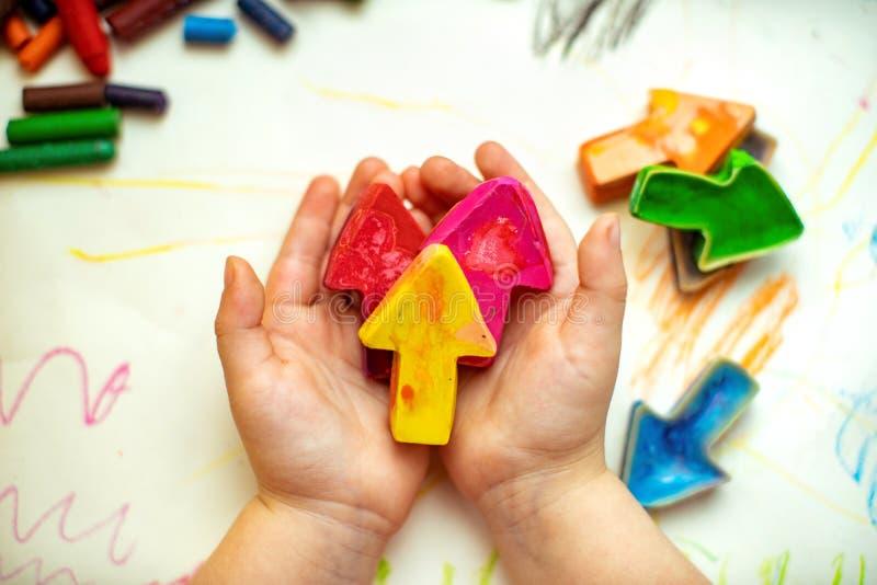 Gjorda hemlagade vaxblyertspennor från haveriet av gamla färgpennor, genom att smälta dem i ugnen på hög temperatur i silikonform royaltyfria foton