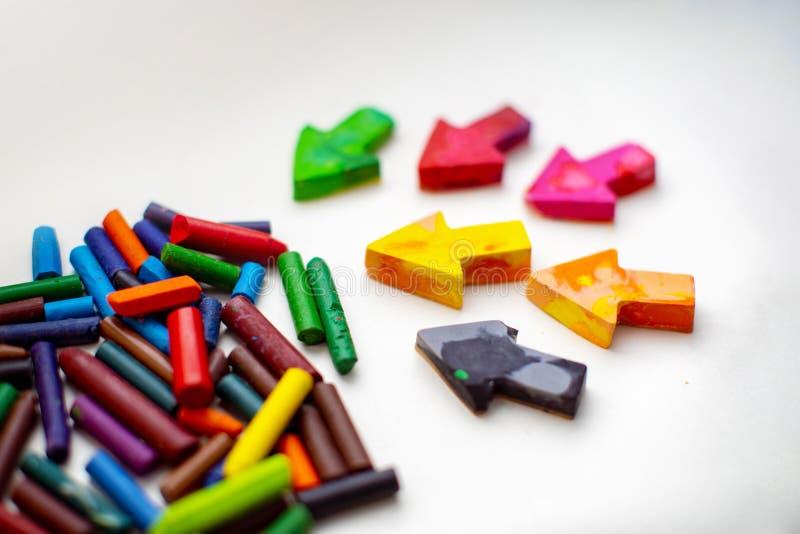 Gjorda hemlagade vaxblyertspennor från haveriet av gamla färgpennor, genom att smälta dem i ugnen på hög temperatur i silikonform fotografering för bildbyråer