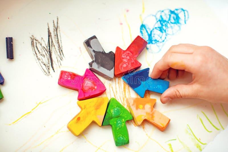Gjorda hemlagade vaxblyertspennor från haveriet av gamla färgpennor, genom att smälta dem i ugnen på hög temperatur i silikonform royaltyfri foto