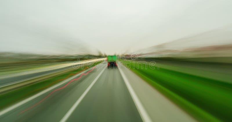 Gjorde suddig det suddiga fotoet för lång exponering bilar, lastbilar och stadstrafik royaltyfri fotografi